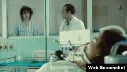 """Enel filme """"Boleto al Paraíso"""" jóvenes cubanos tratan de contraer el VIH para escapar de la represión y las penurias."""