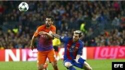 El delantero argentino del FC Barcelona, Lionel Messi (d) lucha por el balón con el delantero Manuel Agudo 'Nolito' (i) del Manchester City.