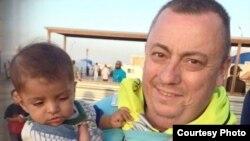Alan Henning con un niño refugiado en Siria.