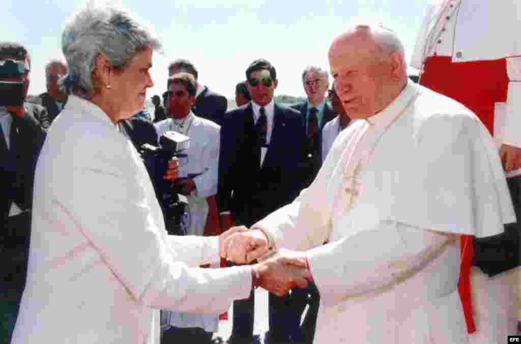 Juan Pablo II visita Nicaragua, bajo la presidencia de Violeta Chamorro en 1996.