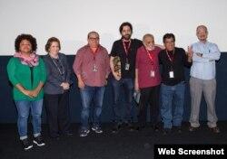 """Al centro, el realizador cubano Miguel Coyula, durante la premiación del mejor documental por su filme """"Nadie""""."""