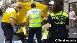 Sanitarios del Servicio de emergencias sanitarias, SAMUR, atienden al herido. Fotografía: Ayuntamiento de madrid