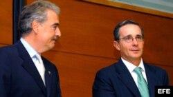 Foto archivo de 2005. (i-e) Andrés Pastrana y Álvaro Uribe.