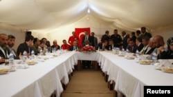 El emisario internacional Kofi Annan reunido con refugiados en Yayladagi.