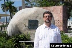 Juan José Buitrago de Benito posa ante la tumba de Fidel Castro.