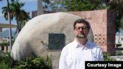 El embajador español en Cuba, Juan José Buitrago de Benito, orondo ante la tumba del dictador comunista de Cuba, Fidel Castro.