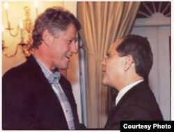 El apoyo de Más Canosa al cambio de política de Clinton hacia los refugiados cubanos estuvo condicionado a medidas contra los Castro.