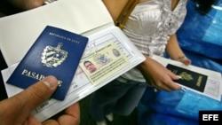 Un hombre muestra su pasaporte en el aeropuerto Internacional de Miami antes de viajar a Cuba.
