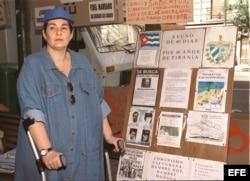 ARCHIVO. María Elena Cruz Varela durante una vigilia frente a la sede del Consulado de Cuba en Madrid en 1999.