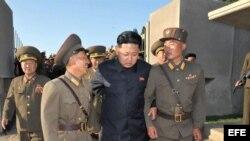 El líder norcoreano Kim Jong-un (c) mientras camina con dos soldados en el islote Wolnae.