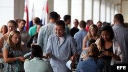 Estadounidenses presentan sus documentos después de descender de un crucero en La Habana.