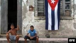 Dos niños posan frente a una casa en ruinas en Santiago de Cuba.