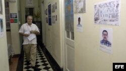Archivo - Elizardo Sánchez, presidente de la Comisión Cubana de Derechos Humanos y Reconciliación Nacional, momentos antes de una conferencia de prensa