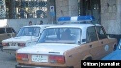 Vigilancia en la sede de las Damas de Blanco, 10 abril. Foto: Ángel Moya.
