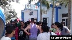 Decenas de personas frente a establecimiento de ETECSA en San Germán, Holguín.