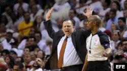 El entrenador de los Bulls Tom Thibodeau (i) reacciona junto al árbitro Tom Washington (d) durante un partido de semifinales de la NBA disputado el lunes 6 de mayo de 2013, en el American Airlines Arena en Miami, Florida.