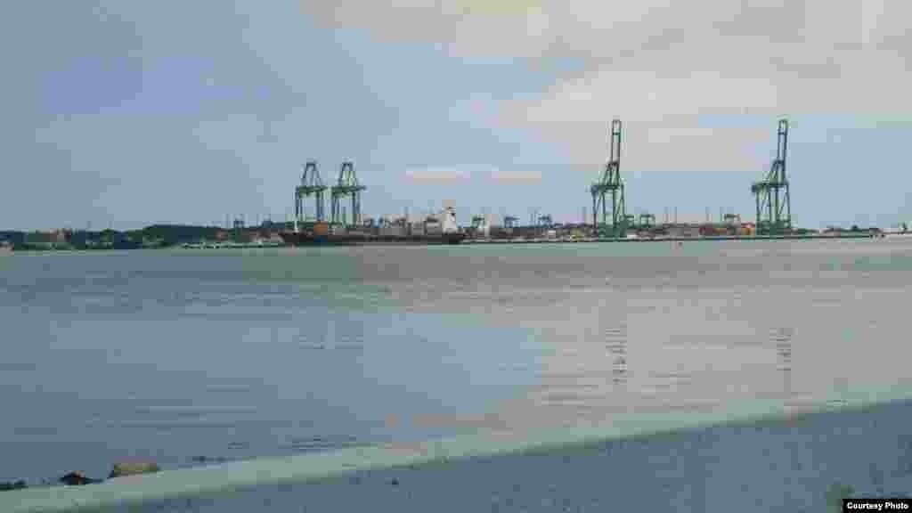 Vista del puerto desde el pueblo del Mariel