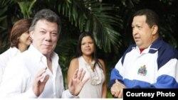 El presidente venezolano, Hugo Chávez (d), y a su homólogo colombiano, Juan Manuel Santos, el miércoles 7 de marzo de 2012, en La Habana.