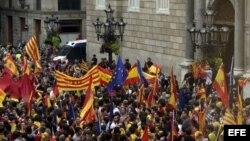 Miles de personas se han manifestado esta tarde por el centro de Barcelona, terminando en la plaza de Sant Jaume, ante la sede de la Generalitat en favor de la unidad de España y contra el referéndum sobre la independencia de Cataluña.