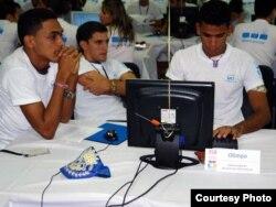 UCI: Quemarse las pestañas para acabar cuidando a los niños en un Joven Club de Computación.