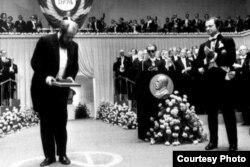 Alexander Solzhenitsin recibiendo el Premio Nobel.