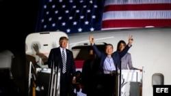 El presidente y la primera dama, Melania Trump, dieron la bienvenida a los liberados a bordo del mismo avión en el que llegaron