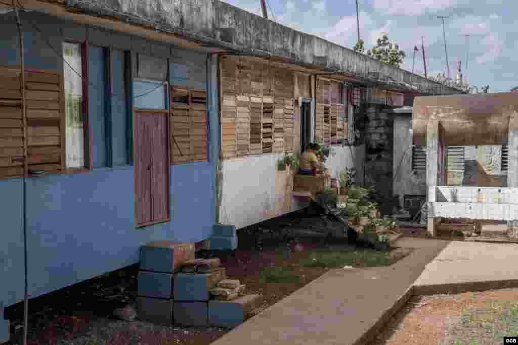 """Las casas son aulas viejas con ventanales rotos , modificadas con recursos de los """"dueños"""". (Foto: Dan Gabriel)"""