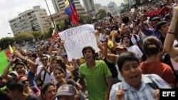 Jóvenes desfilando y denunciando fraude en las elecciones presidenciales de Venezuela.
