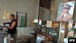 Cuba, vida diaria. Un hombre vende ron en una bodega.