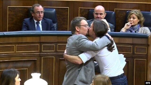 Jornada del debate de investidura a Pedro Sánchez. Pablo Iglesias y el líder de Podemos en Cataluña se besan en los labios.