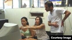 Foto de archivo. Mariela Castro Espín (c), directora del CENESEX, junto al médico internista Alberto Roque (d).
