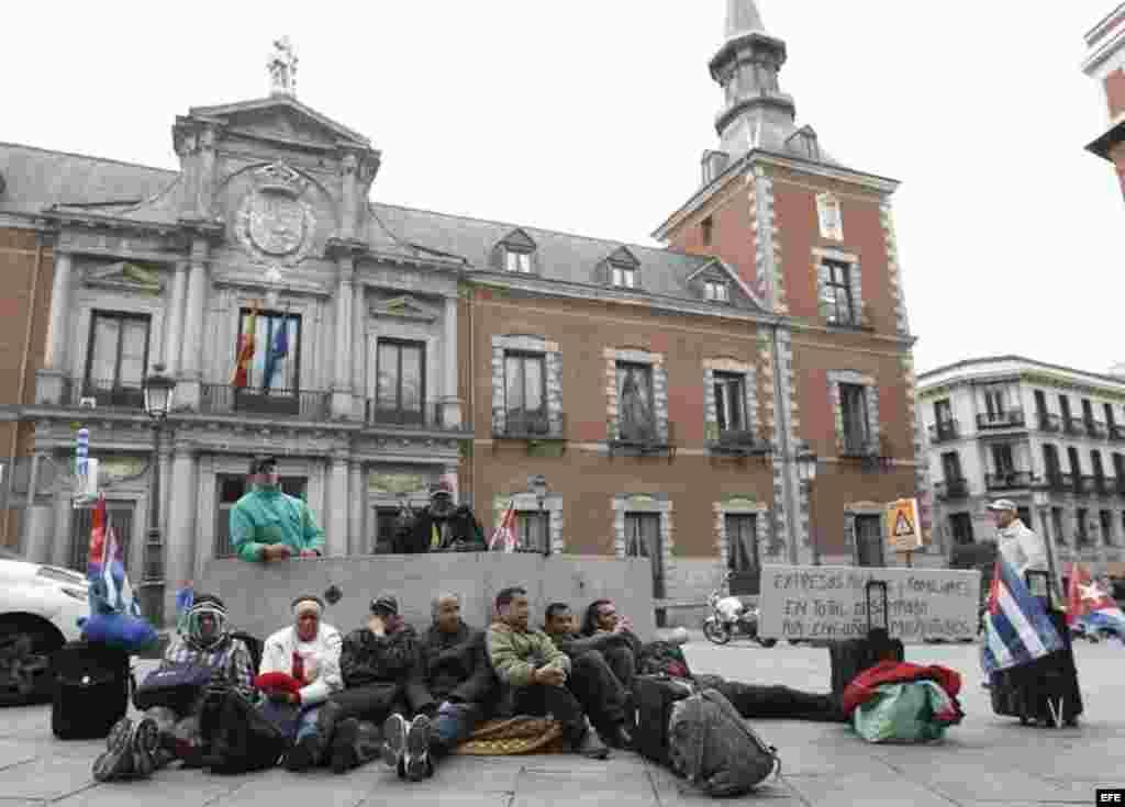 """Una decena de expresos cubanos que participan en una acampada en Madrid para denunciar su situación de """"total desamparo"""" en España han decidido secundar desde hoy una huelga de hambre para reclamar ayuda. Los excarcelados forman parte del grupo de 115 exp"""