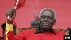 El presidente de Angola, José Eduardo dos Santos, lleva 33 años en el poder y se le acusa de ser un acaudalado a costa del país.