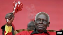 El presidente de Angola, José Eduardo dos Santos, lleva 33 años en el poder y se le acusa de haberse enriquecido a costa del país.