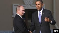 El presidente estadounidense, Barack Obama (d), es recibido por el presidente ruso, Vladimir Putin, a su llegada a la cumbre del G20, en San Petersburgo, Rusia.