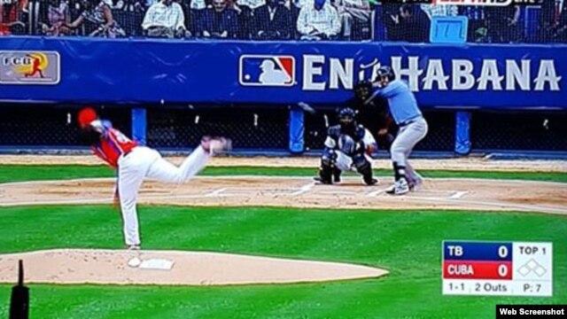 Comienzo del juego entre los Rays de Tampa y la selección nacional cubana de béisbol.