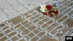 Imagen que muestra un ramo de flores tendido sobre el pavimento de las calles de Leipzig (Alemania), hoy, lunes 17 de junio de 2013, en homenaje a las víctimas del régimen comunista el 17 de junio de 1953.