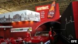 Dos azafatas posan en el stand de la cerveza cubana Bucanero en la Feria Internacional de La Habana. EFE