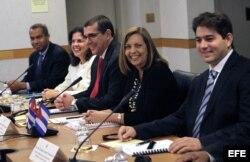 Abel E. González (d) junto a Josefina Vidal, José Ramón Cabañas, Lianys Torres y Alejandro García.