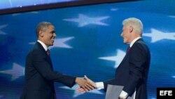 El expresidente estadounidense Bill Clinton estrecha la mano al mandatario del país, Barack Obama en Charlotte, Carolina del Norte.