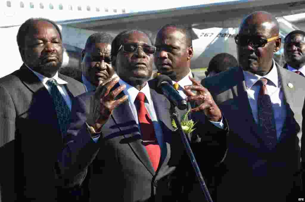 El presidente de Zimbabwe Robert Mugabe ofrece declaraciones a su llegada hoy, martes 29 de noviembre de 2016, al Aeropuerto Internacional José Martí, en La Habana (Cuba).