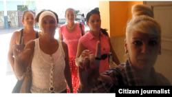 Reporta Cuba Ciudadanas por la Democracia a salir de misa diciembre 21 Foto de @LuisLazaroGuanch