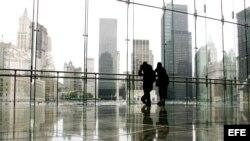Dos personas observan el World Trade Center, el lugar en el que se encontraban las Torres Gemelas, en Nueva York, en esta foto tomada el martes 15 de agosto de 2006. Cinco años después de los atentados del 11 de Septiembre, políticos y promotores todavía