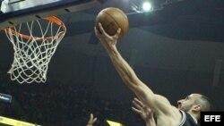 El jugador Manu Ginóbili (d) de San Antonio Spurs intenta anotar una canasta.