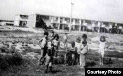 Niños en uno de los pueblos cautivos
