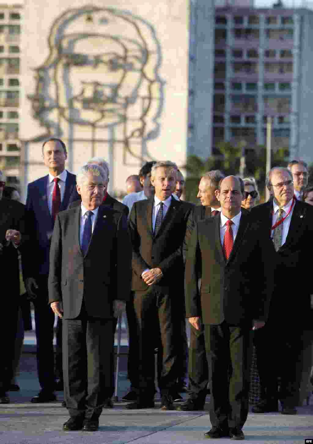 El presidente de Austria, Heinz Fischer (i), es acompañado por Rogelio Sierra (d), viceministro de Relaciones Exteriores de Cuba, en la ceremonia de colocacion de una ofrenda floral al héroe nacional cubano José Martí.