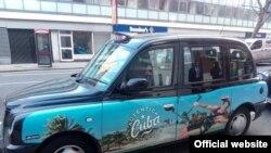 Unos 90 taxis como este circulan por Londres empapelados en publicidad turística cubana, buscando compensar la baja en los viajes de estadounidenses.