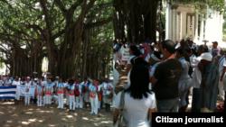 Reporta Cuba Combo de dos imágenes muestra de Damas y activistas en Parque Gandhi Abril 19 Foto Angel Moya.