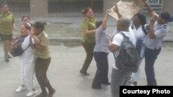 Arresto de Damas de Blanco y un activista frente a la sede del grupo opositor, este domingo 11 de marzo.