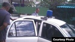 Patrulla policial detiene a activistas de derechos humanos en La Habana. Archivo, cortesía Serafín Morán.